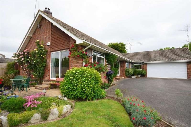 4 Bedrooms Detached Bungalow for sale in Larkfield Close, Farnham