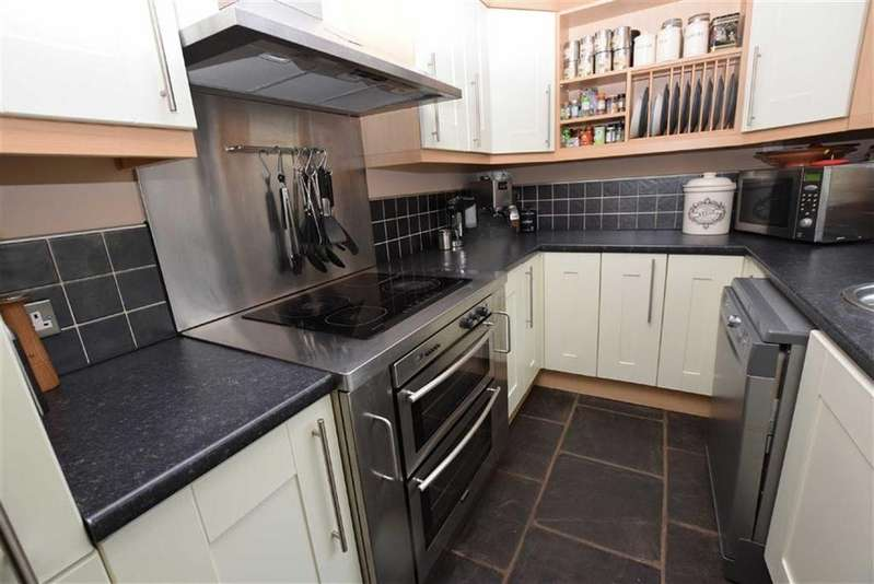 3 Bedrooms Terraced House for rent in Dale Street, Earby, Lancashire