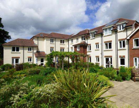2 Bedrooms Flat for sale in Headley Road, Hindhead, Surrey