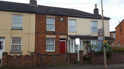 3 Bedrooms Terraced House for sale in Victoria Road, Bletchley, Milton Keynes, Buckinghamshire