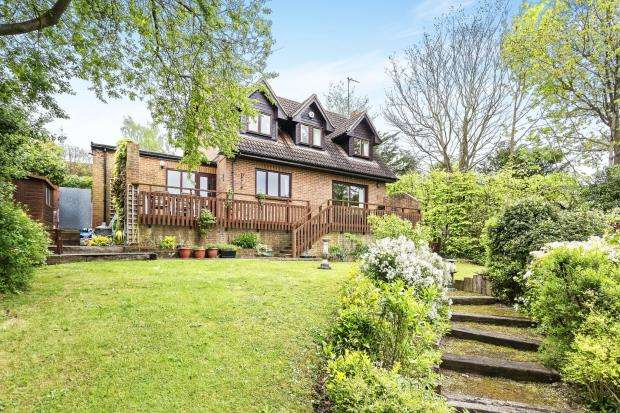 3 Bedrooms Detached House for sale in Leatherhead, Surrey