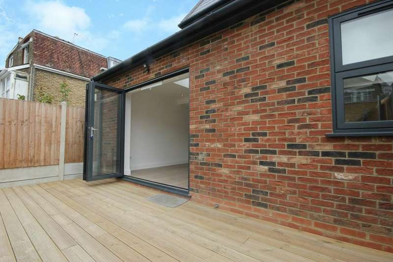 3 Bedrooms Ground Flat for sale in Willoughby Road, London