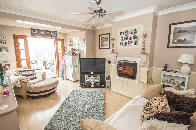 3 Bedrooms Semi Detached House for sale in Point Road, Canvey Island, SS8