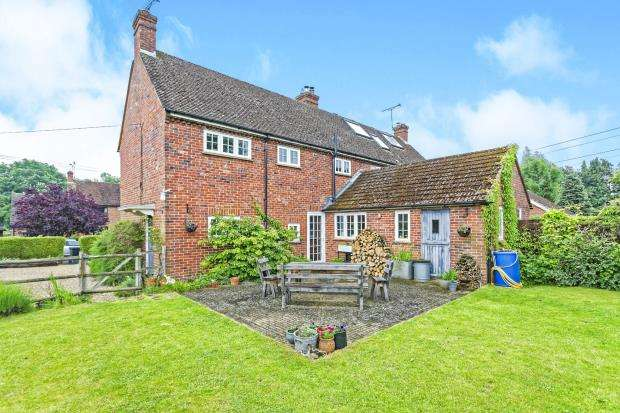 4 Bedrooms Semi Detached House for sale in Eversley, Hook