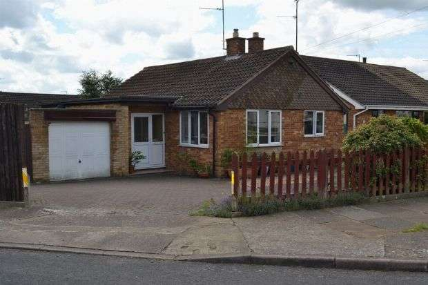 2 Bedrooms Detached Bungalow for sale in Hollingside Drive, Links View, Northampton NN2 7NN