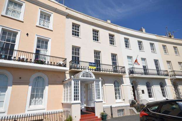 2 Bedrooms Flat for sale in Den Crescent, Teignmouth, Devon