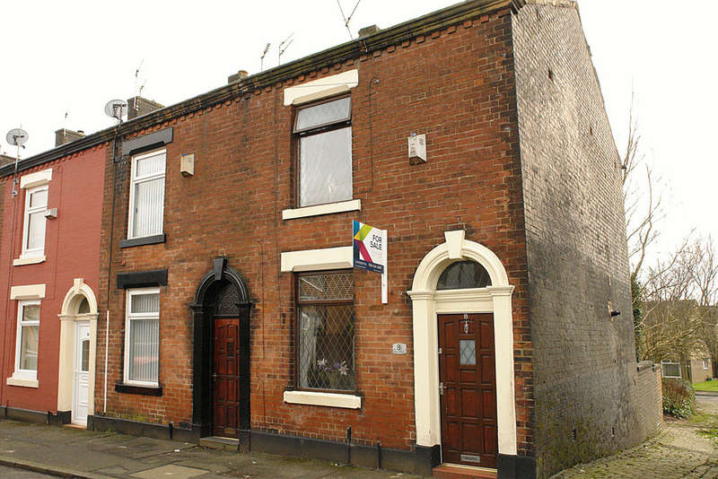 2 Bedrooms End Of Terrace House for sale in 8 Morley Street, Waterhead, Oldham