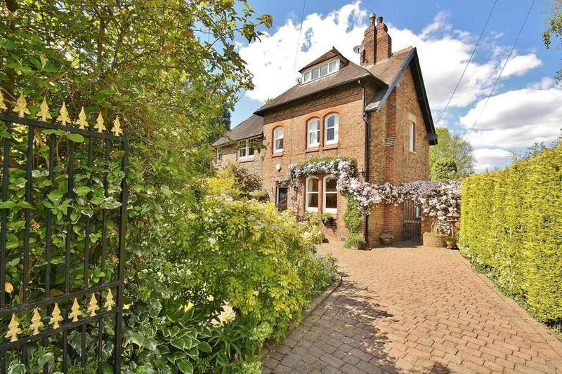 3 Bedrooms Semi Detached House for sale in Station Road, Styal