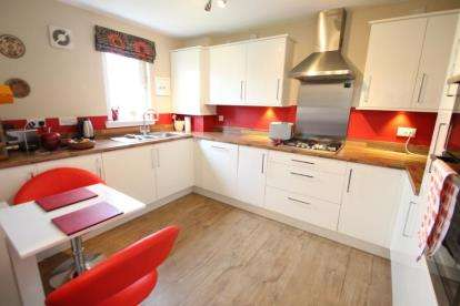 2 Bedrooms Flat for sale in Farm Wynd, Lenzie, Glasgow