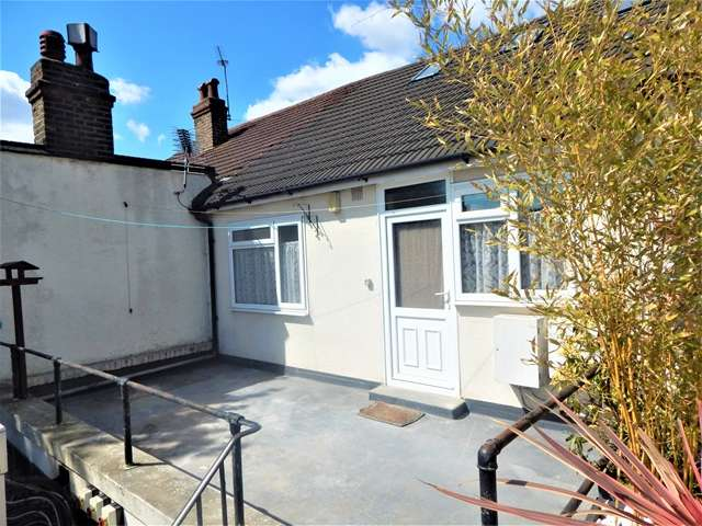 3 Bedrooms Flat for sale in Streatham Road, Mitcham, Surrey, CR4