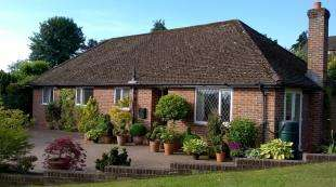 3 Bedrooms Bungalow for sale in Park Crescent, Midhurst, West Sussex