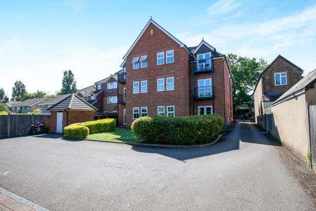 2 Bedrooms Flat for sale in 11 Claremont Road, West Byfleet, Surrey