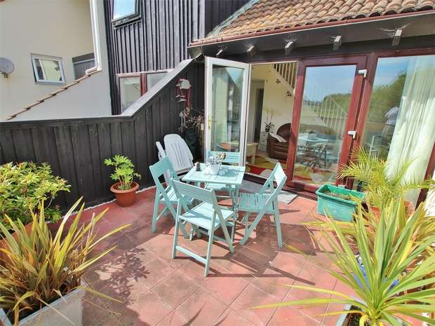 2 Bedrooms Flat for sale in Tree Hamlets, Upton, POOLE, Dorset