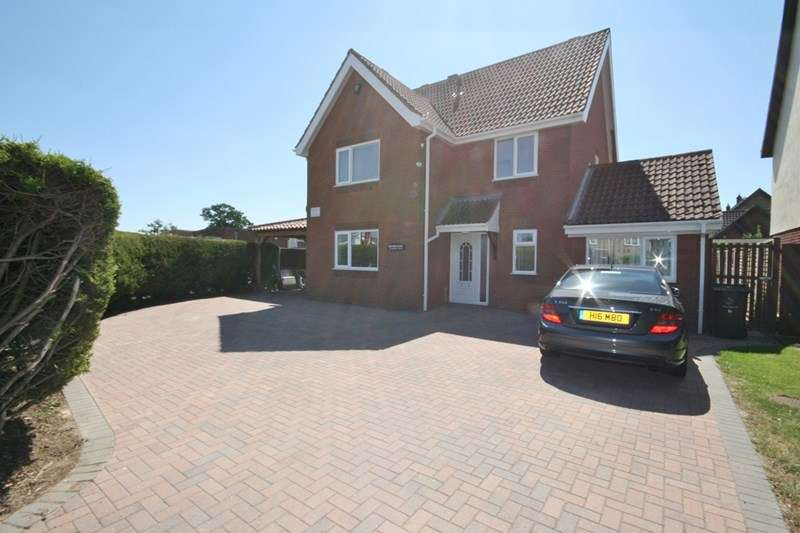 4 Bedrooms Detached House for sale in Blenheim Drive, Attleborough