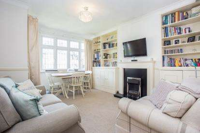 1 Bedroom Flat for sale in Oak Tree Dell, Kingsbury, London, Uk
