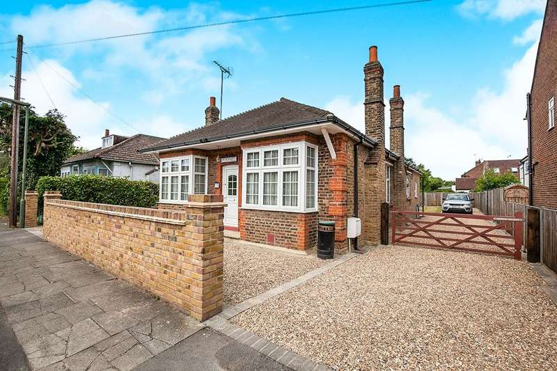 3 Bedrooms Detached Bungalow for sale in Wood Road, Shepperton, TW17
