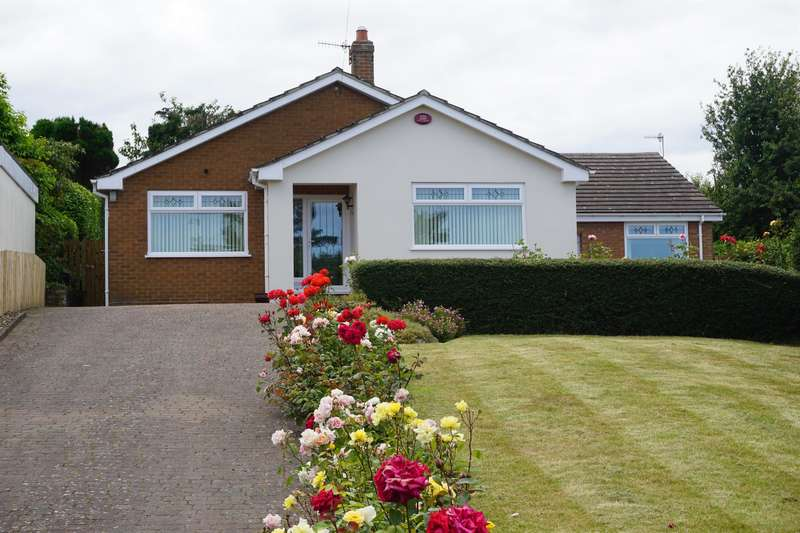 3 Bedrooms Detached Bungalow for sale in Woods Grove, Burniston, YO13 0JD