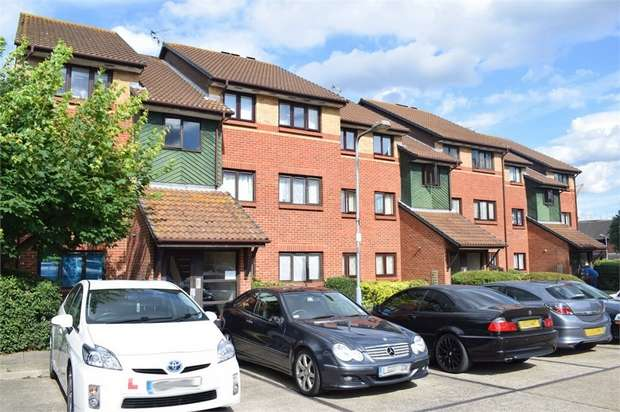 2 Bedrooms Flat for sale in Bernards Close, Ilford, Essex
