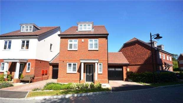 4 Bedrooms Detached House for sale in Adam Brown Avenue, Blackwater, Surrey