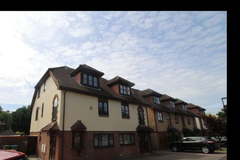 4 Bedrooms Semi Detached House for rent in Pointout Close, Southampton, SO16