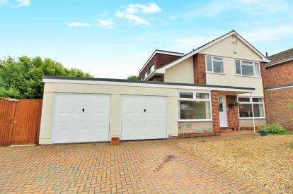 4 Bedrooms Detached House for sale in Sutherland Avenue, Downend, Bristol