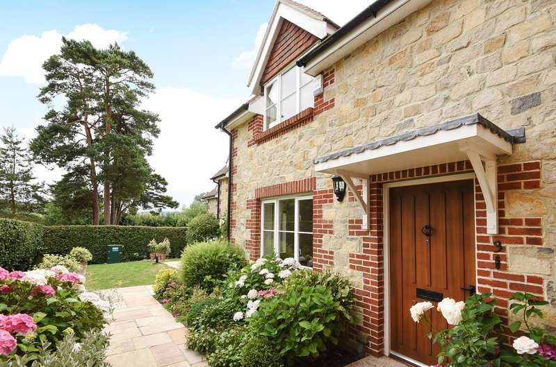 2 Bedrooms House for sale in Castleview, Church Street, Amberley, BN18