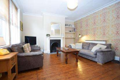 2 Bedrooms Terraced House for sale in Rosemont View, Bramley, Leeds, West Yorkshire