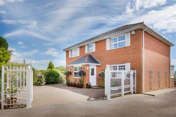 4 Bedrooms Detached House for sale in Hill House, 4 The Oaks, Hawkinge