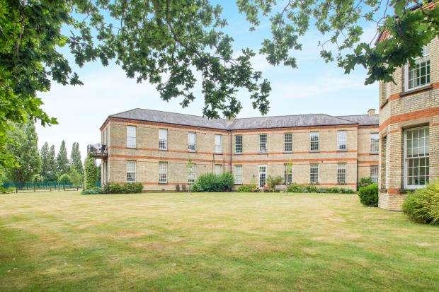 2 Bedrooms Flat for sale in Horton Crescent, Epsom, Surrey
