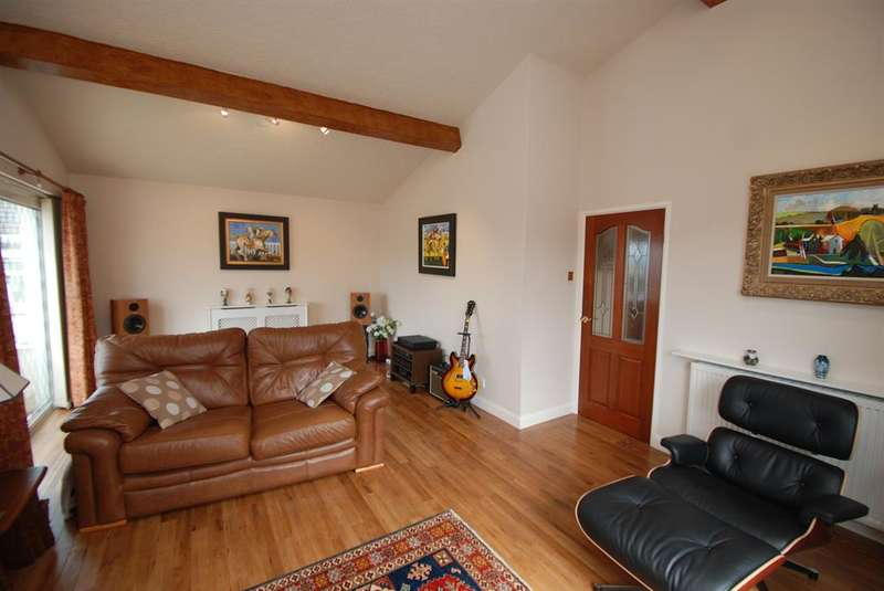 3 Bedrooms Bungalow for sale in Wellbank, Stalybridge, Cheshire, SK15 2RL