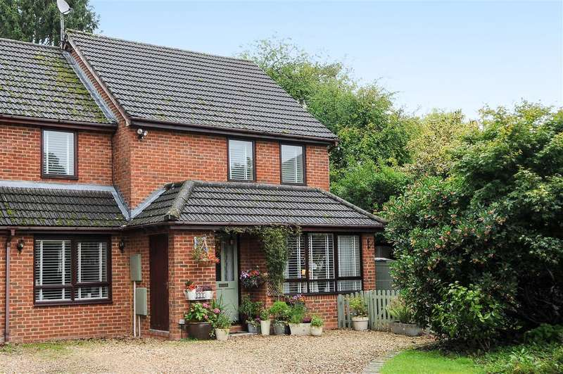 3 Bedrooms Semi Detached House for sale in Hinton Drive, Crowthorne