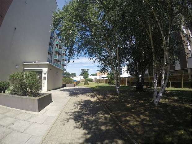 2 Bedrooms Flat for sale in Bellvue Court, 141-149 Staines Road, Hounslow, Middlesex