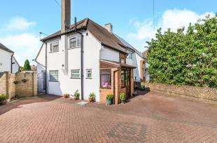 3 Bedrooms Semi Detached House for sale in Grange Road, Chessington