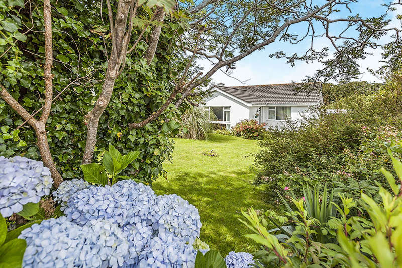 3 Bedrooms Detached Bungalow for sale in Roseland Park, Camborne, TR14