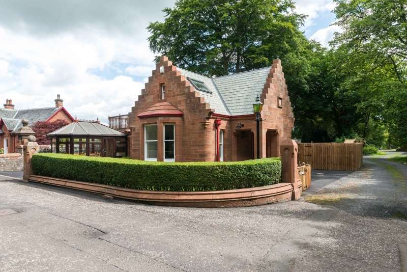 3 Bedrooms Detached House for sale in 63 Abbotsford Road, Galashiels, TD1 3HN