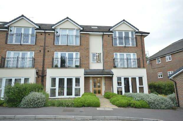 2 Bedrooms Flat for sale in Merchant Close, Epsom
