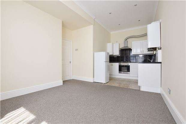 1 Bedroom Flat for sale in Long 113 year lease, high ceiling apartment within 0.6 miles of Romford Station & Town Centre