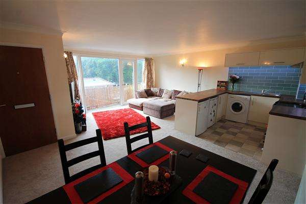 2 Bedrooms Flat for sale in Riverside Court, Riverside Road, Ferndown