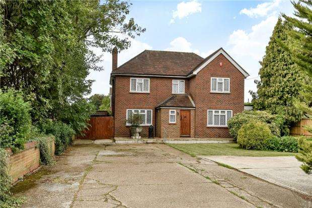 5 Bedrooms Detached House for sale in Chertsey Lane, Staines-upon-Thames, Surrey