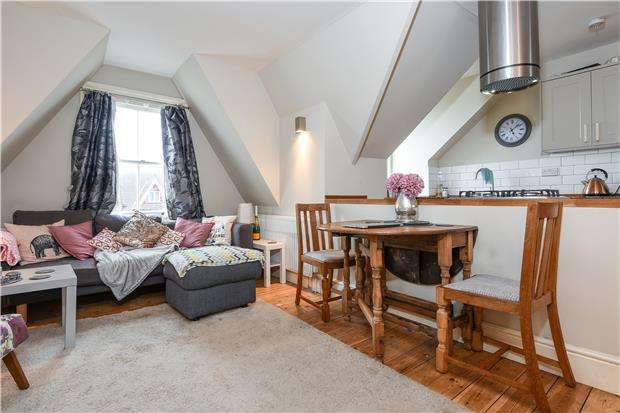 2 Bedrooms Flat for sale in Stanthorpe Road, LONDON, SW16
