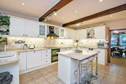 5 Bedrooms Detached House for sale in Tanyard Road, Oakes, Huddersfield, West Yorkshire