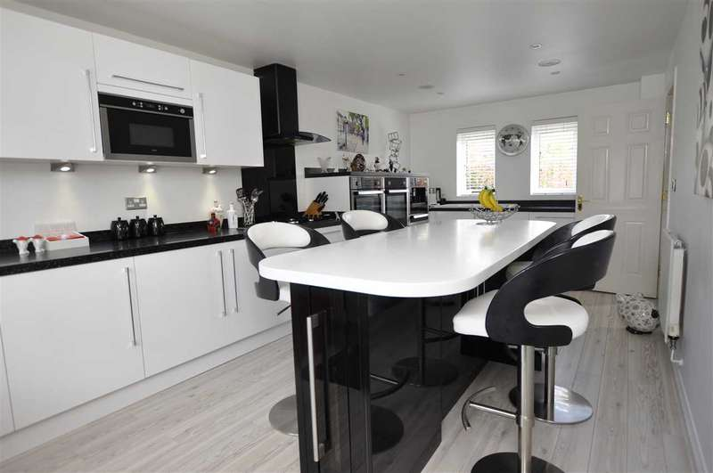 4 Bedrooms Town House for sale in Harberd Tye, Chelmsford