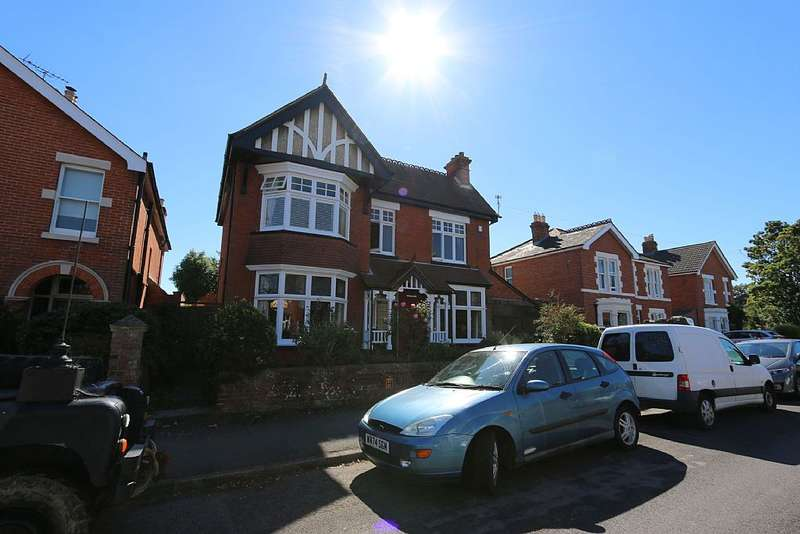 5 Bedrooms Detached House for sale in 16, Grove Road, Havant, Hampshire, PO9 1AR