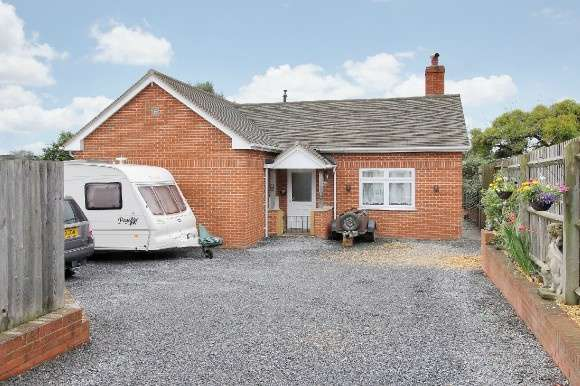 3 Bedrooms Detached Bungalow for sale in Foxcotte Road, Charlton