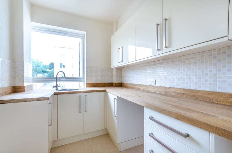 3 Bedrooms Flat for sale in Forest Croft, Forest Hill, SE23