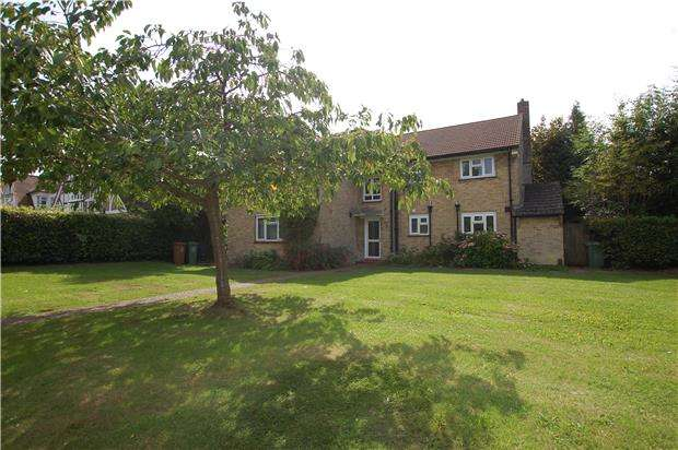 2 Bedrooms Flat for sale in Fryston Avenue, COULSDON, Surrey, CR5 2PT
