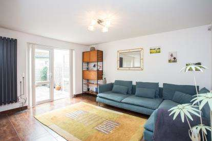 2 Bedrooms Flat for sale in Wessex Lane, Greenford, Middlesex, Greater London
