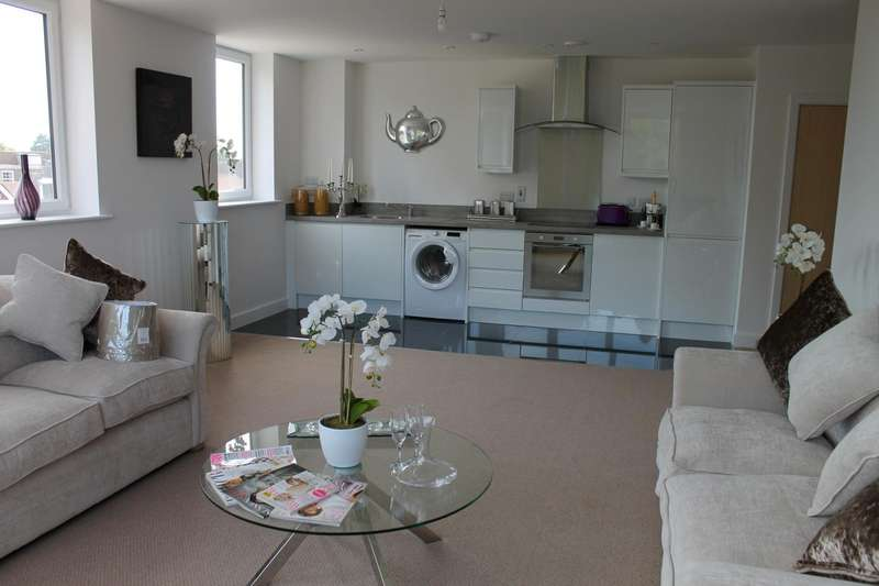 2 Bedrooms Flat for rent in Mead House, Cantelupe Road, East Grinstead