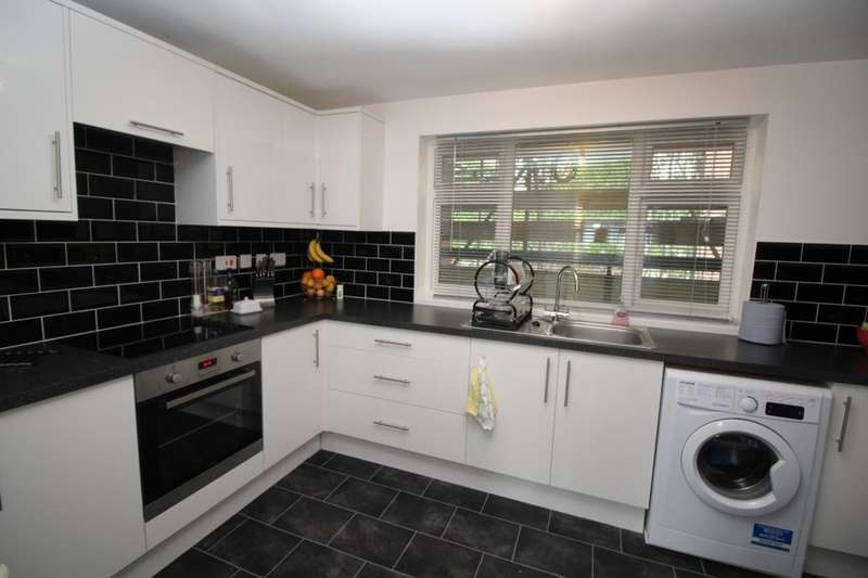 2 Bedrooms Flat for sale in Sparrow Close, Waterlooville, PO8
