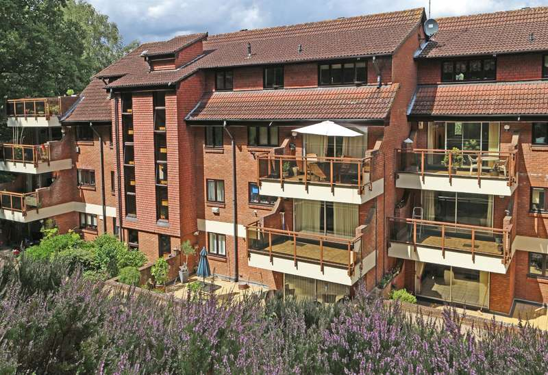2 Bedrooms Flat for sale in Holmbury Park, Bromley, BR1 2WB